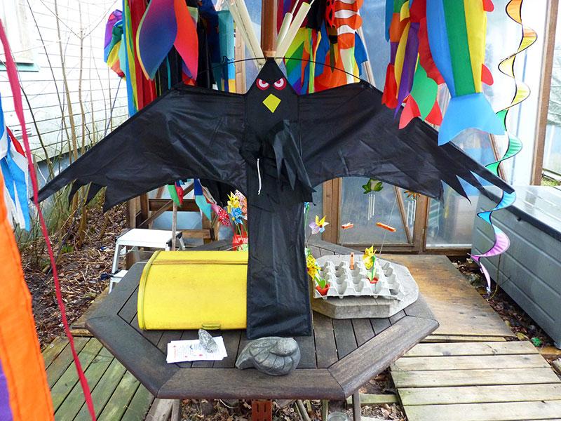 Fantastisk Drakjohan - Fågelskrämma Blacky Hawk AU-64